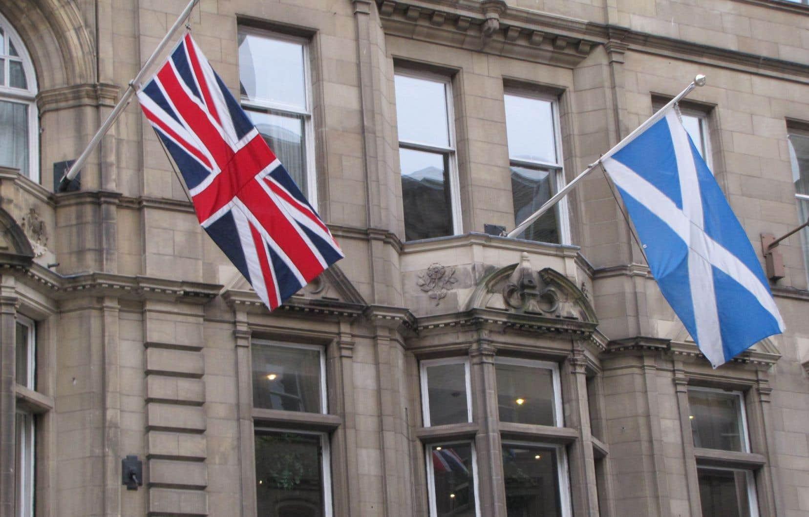 Pour la première fois depuis le début de la campagne référendaire en Écosse, un sondage accordait samedi l'avance au choix de l'indépendance en vue du référendum du 18 septembre.