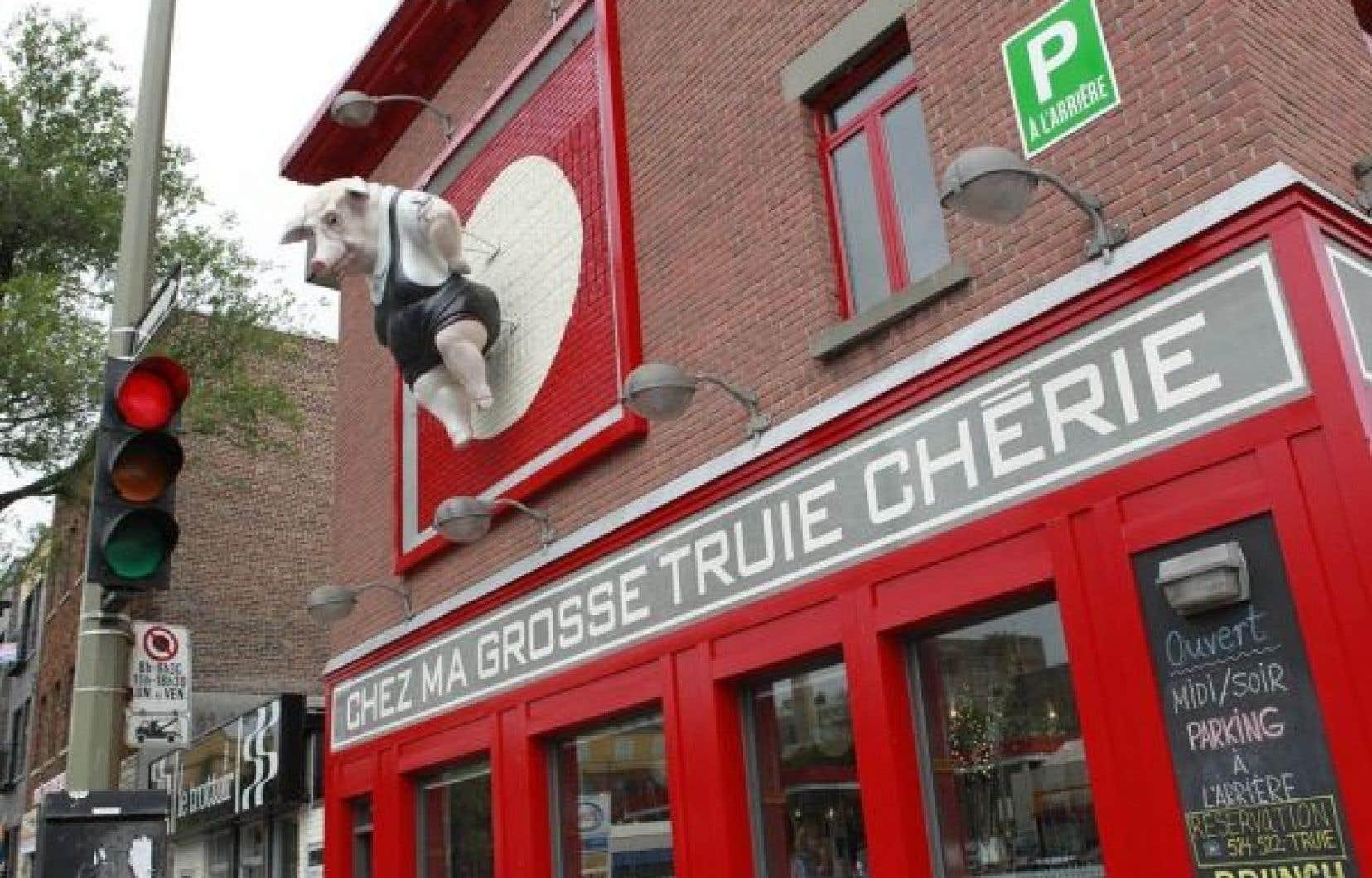Difficile de ne pas remarquer l'enseigne du restaurant montréalais Chez ma grosse truie chérie lorsqu'on roule sur la rue Papineau, passage obligé vers le pont Jacques-Cartier.