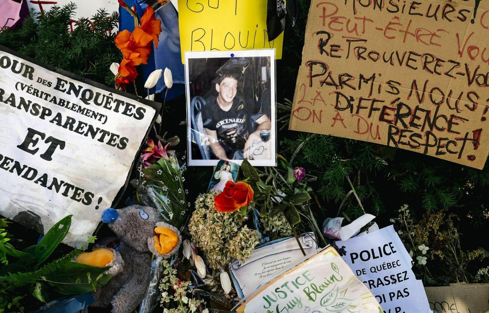 Une photo est apparue mercredi parmi les fleurs et les messages à la mémoire de Guy Blouin.