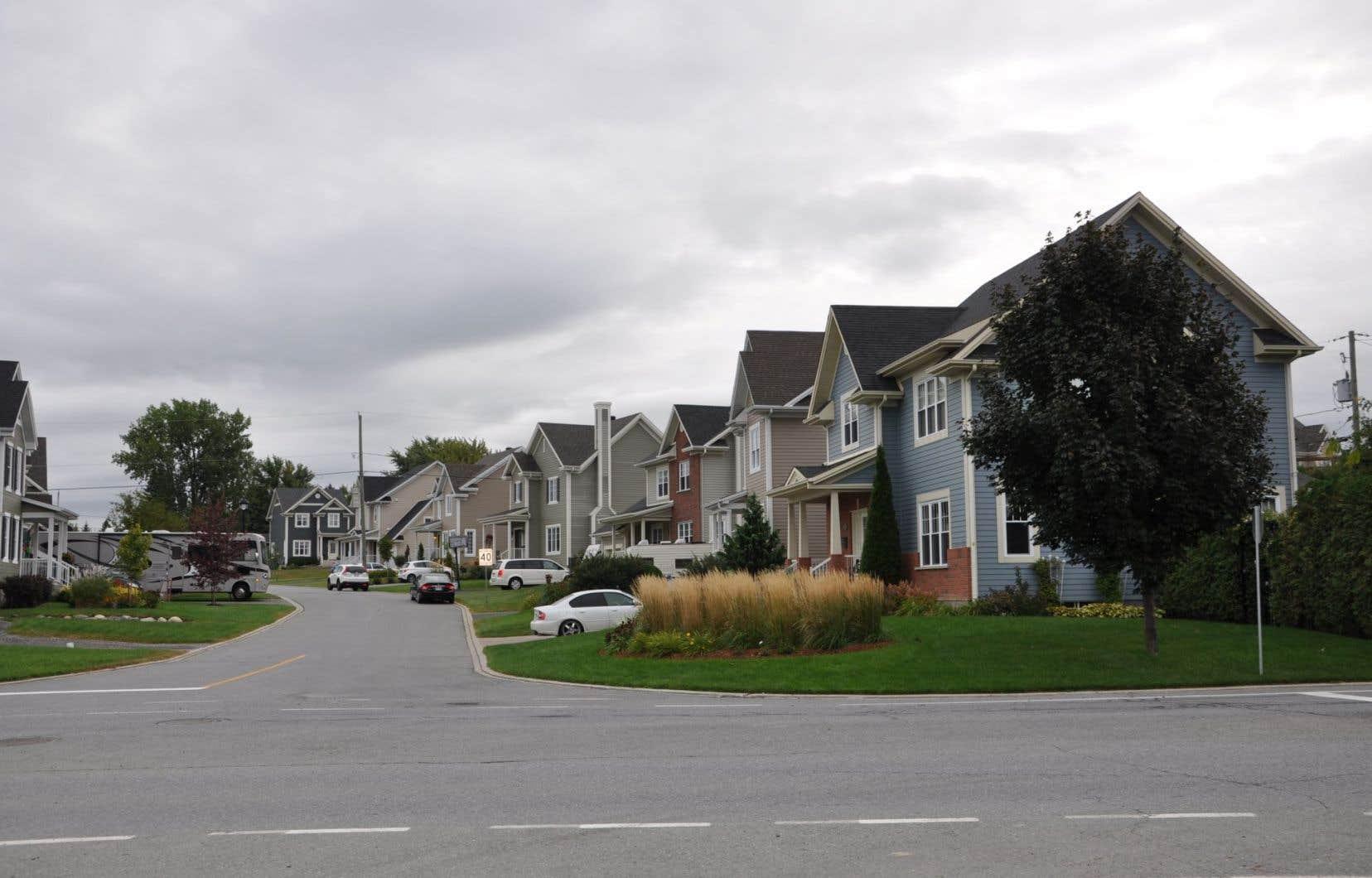 Selon la coresponsable de l'Observatoire de la mobilité durable de l'Université de Montréal, Paula Negron, il est possible de revoir l'aménagement des banlieues pour encourager les déplacemements sans automobile.