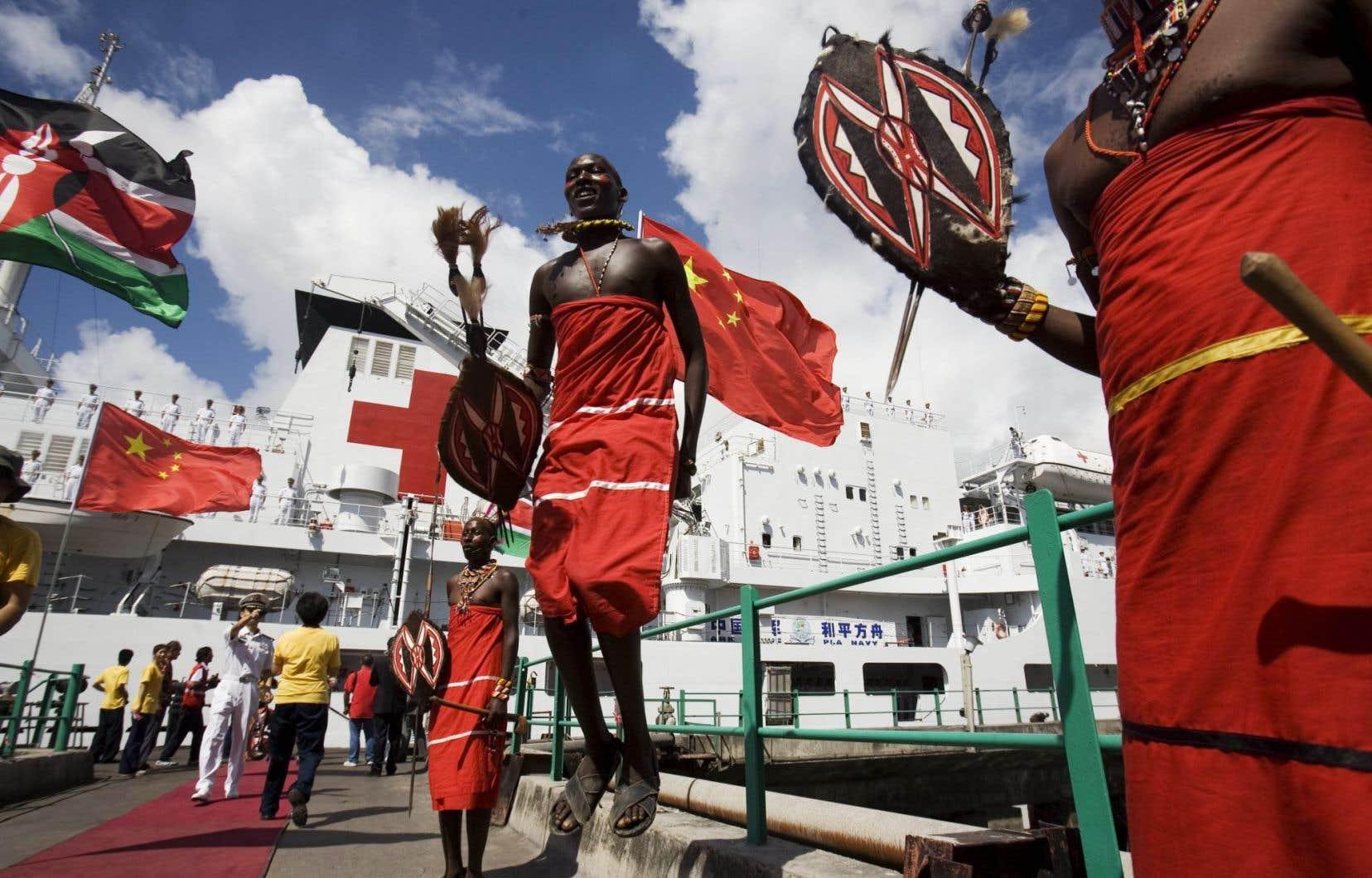 Des Massaïs exécutant une danse traditionnelle au terme d'une visite du navire-hôpital chinois l'Arche de la paix au Kenya.