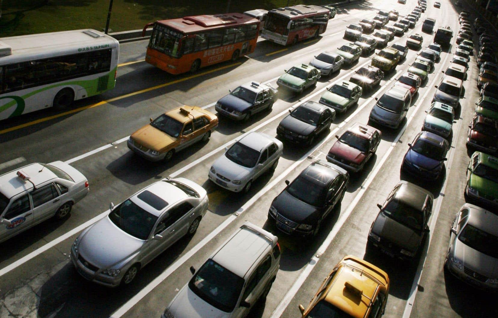 La réduction des gaz à effet de serre passe notamment par la densification des villes et le développement du transport collectif.