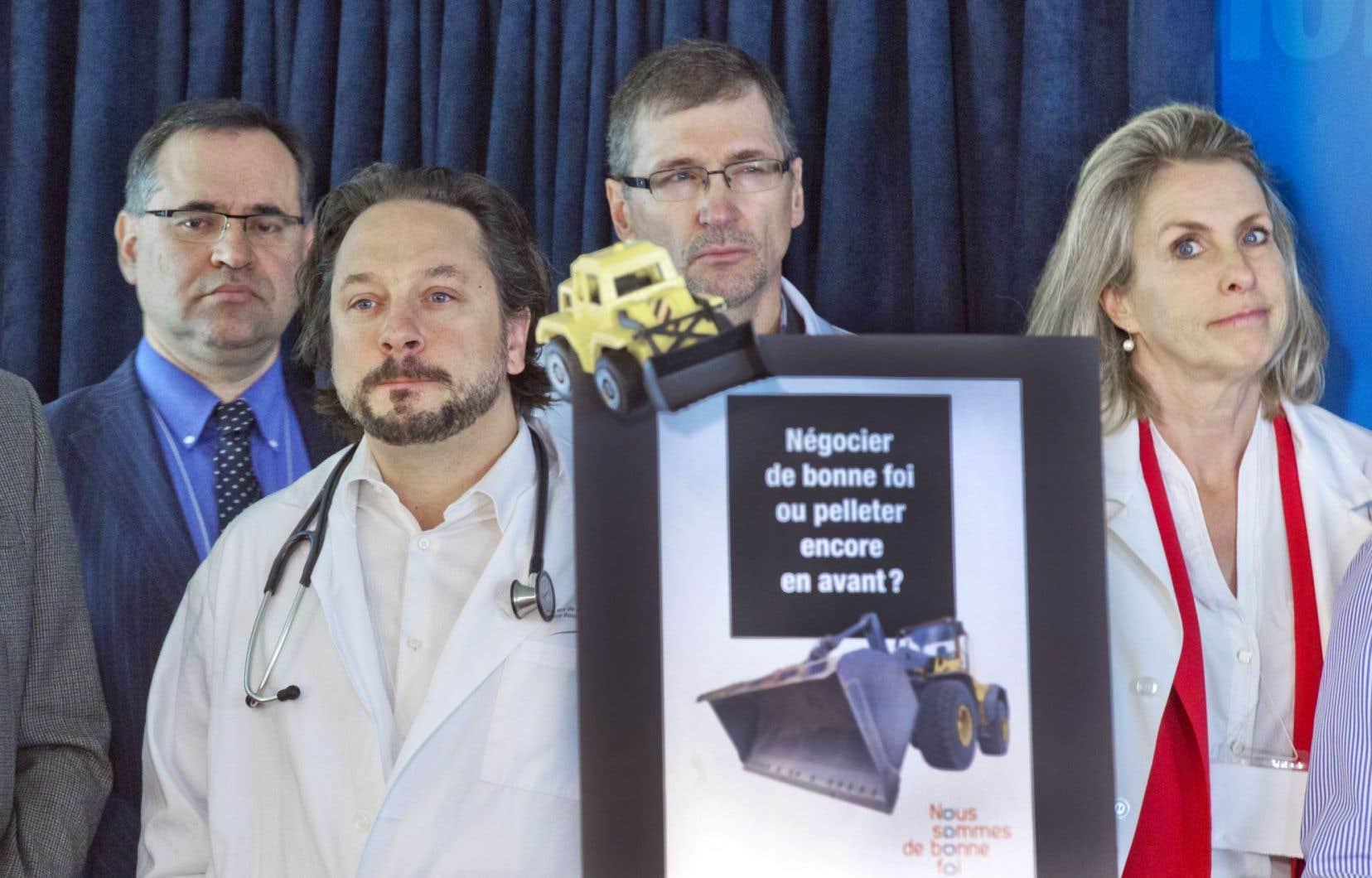 Dans une mise en scène qui se voulait spectaculaire, la Fédération des médecins spécialistes du Québec (FMSQ) a interpellé le premier ministre mercredi.