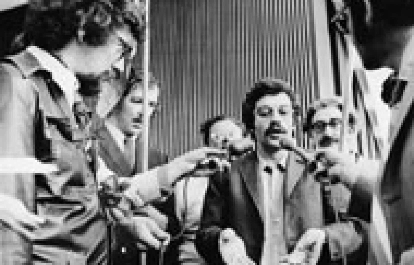 Charles Gagnon, au centre, est entouré de Jacques Larue-Langlois, de l'avocat Michel Lemieux et du syndicaliste Michel Chartrand.
