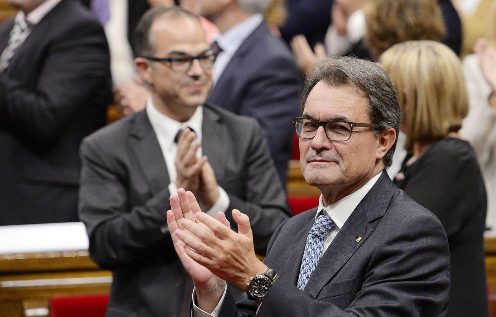 Le président du gouvernement catalan Artur Mas (à droite). Tout juste quelques heures après l'annonce des résultats du réfé- rendum écossais, le Parlement entérinait une loi autorisant une consultation populaire sur l'indépendance face à l'Espagne.