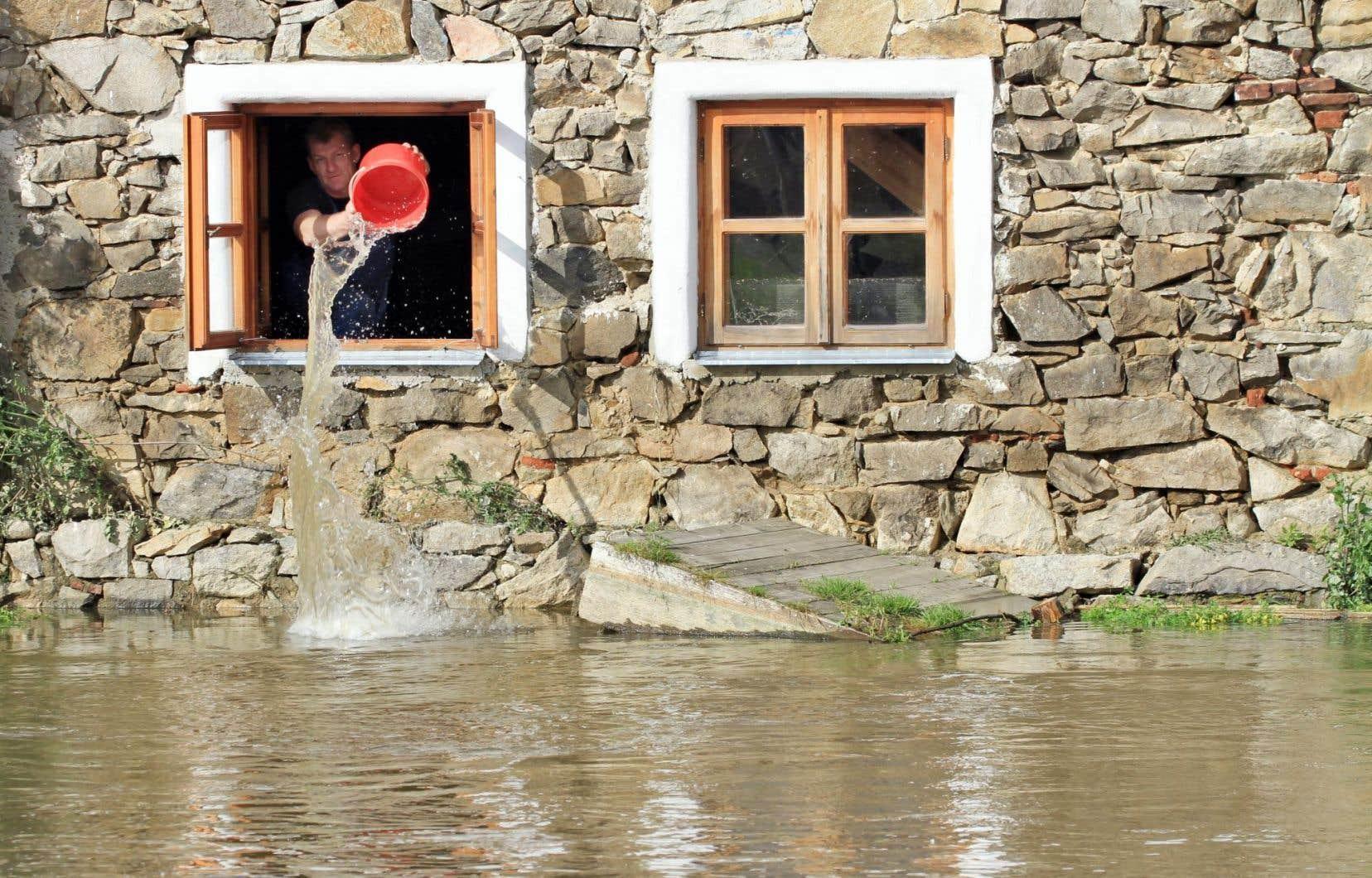 Les émissions de carbone ont déjà des effets sur le climat. Il suffit de penser aux événements météorologiques extrêmes recensés un peu partout sur la planète, comme ici, sur cette photo prise en République tchèque lorsque la rivière Blanice est sortie de son lit à la suite de pluies diluviennes.