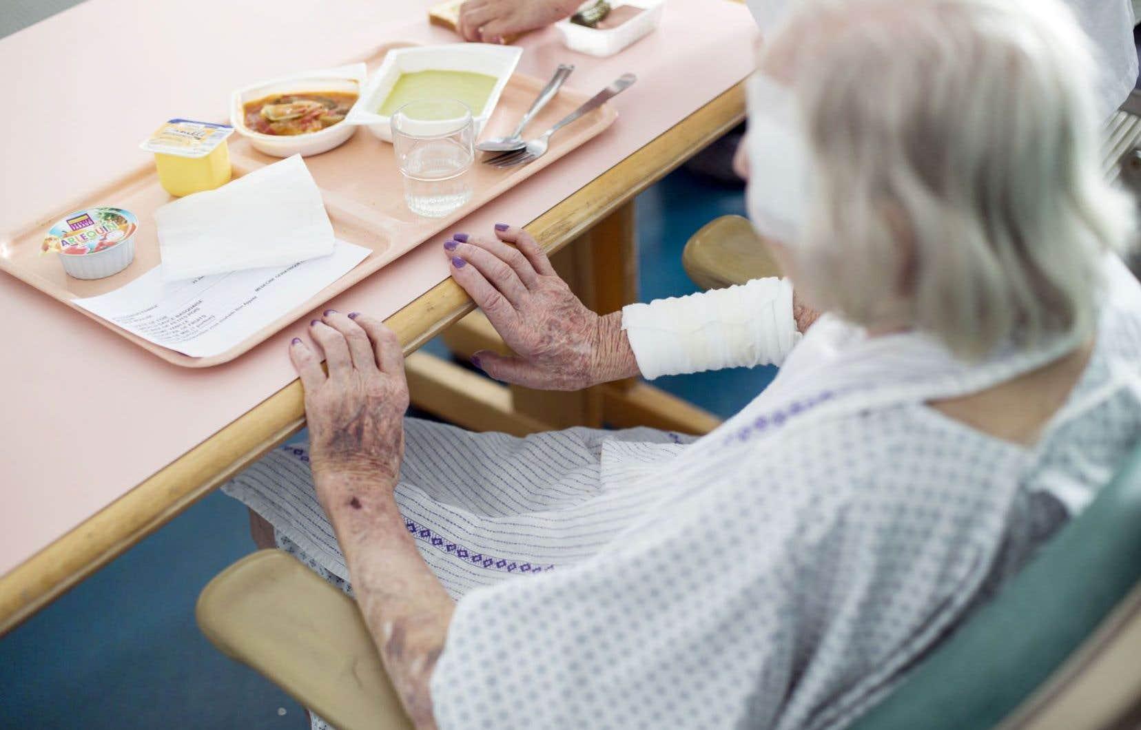 À l'hôpital, les repas aux malades sont avant tout un service que l'on offre en se disant que personne n'est là pour bien manger.