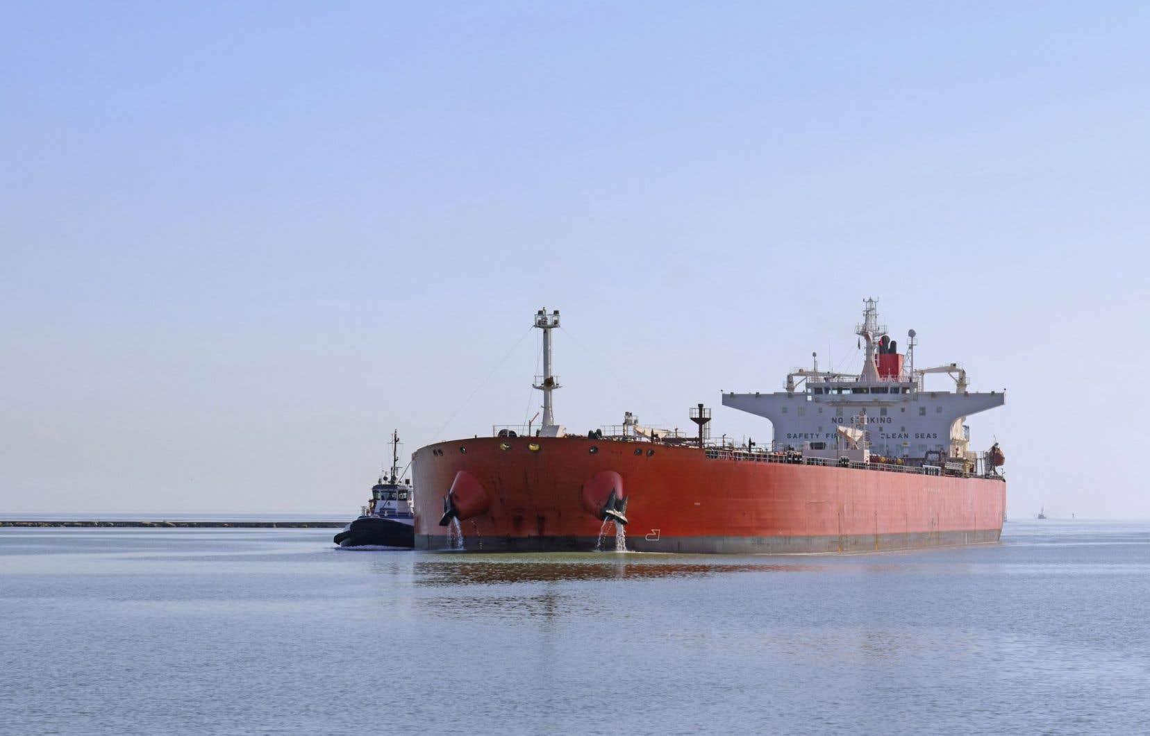 Le pétrole importé de l'étranger circule d'est en ouest sur le fleuve pour alimenter les deux raffineries québécoises.