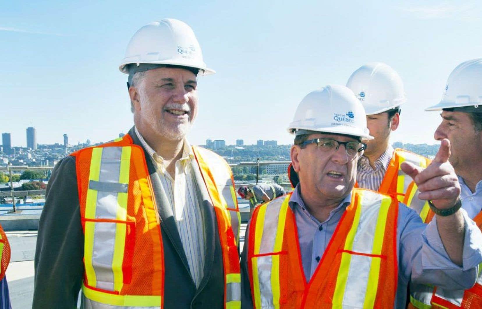 Durant sa visite du chantier, Philippe Couillard était guidé par le maire de Québec, Régis Labeaume.