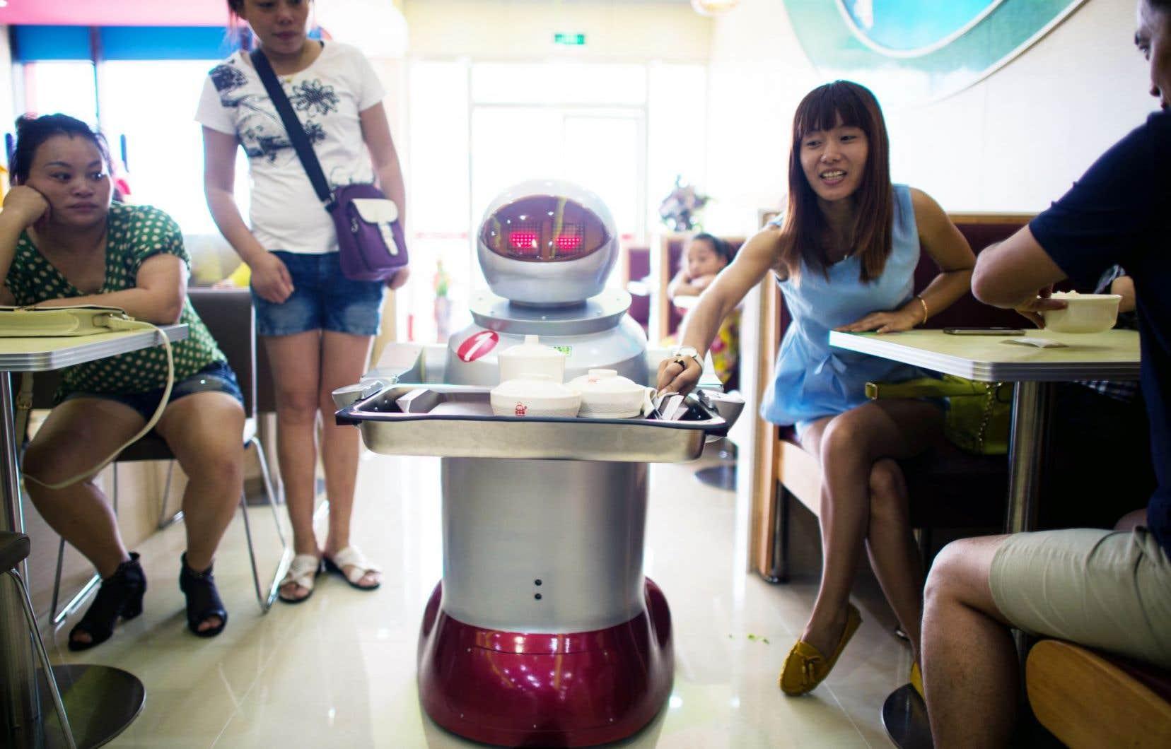 Dans un restaurant de Sunshan, en Chine, une dizaine de robots cuisinent et font le service aux tables.