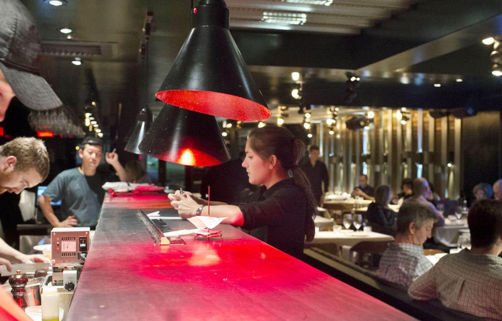 Au restaurant Le Filet, à Montréal: un long comptoir accueillant, confortable et conçu de façon à vous donner envie de ne plus en partir.