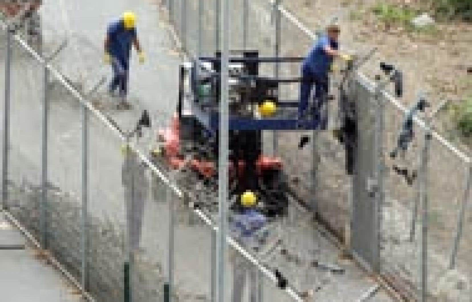 Des travailleurs espagnols ont réparé hier la double barrière séparant le territoire espagnol du Maroc après le troisième assaut en autant de jours à la seule frontière entre l'Europe et l'Afrique.