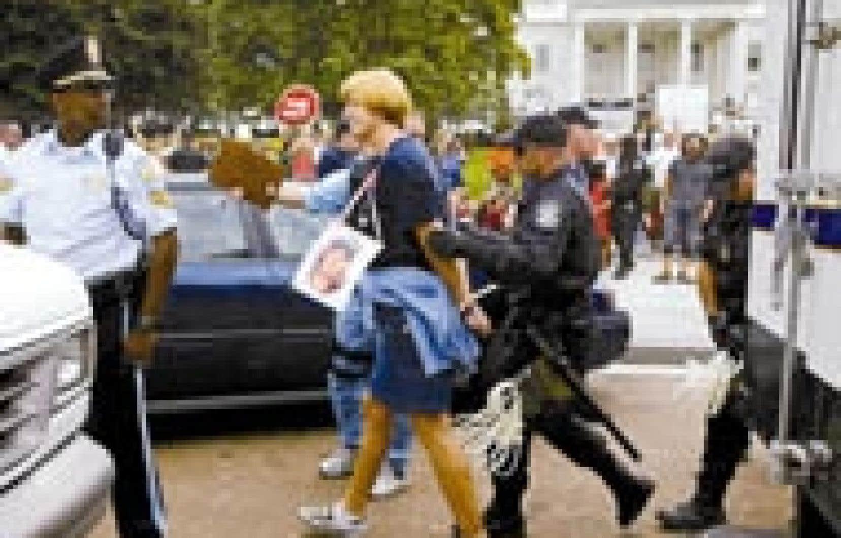 Deux jours après la manifestation qui a rassemblé plus de 100 000 personnes dans les rues de Washington, l'Américaine Cindy Sheehan, symbole du mouvement anti-guerre aux États-Unis, a été arrêtée hier au cours d'une manifestation pacifiste devant