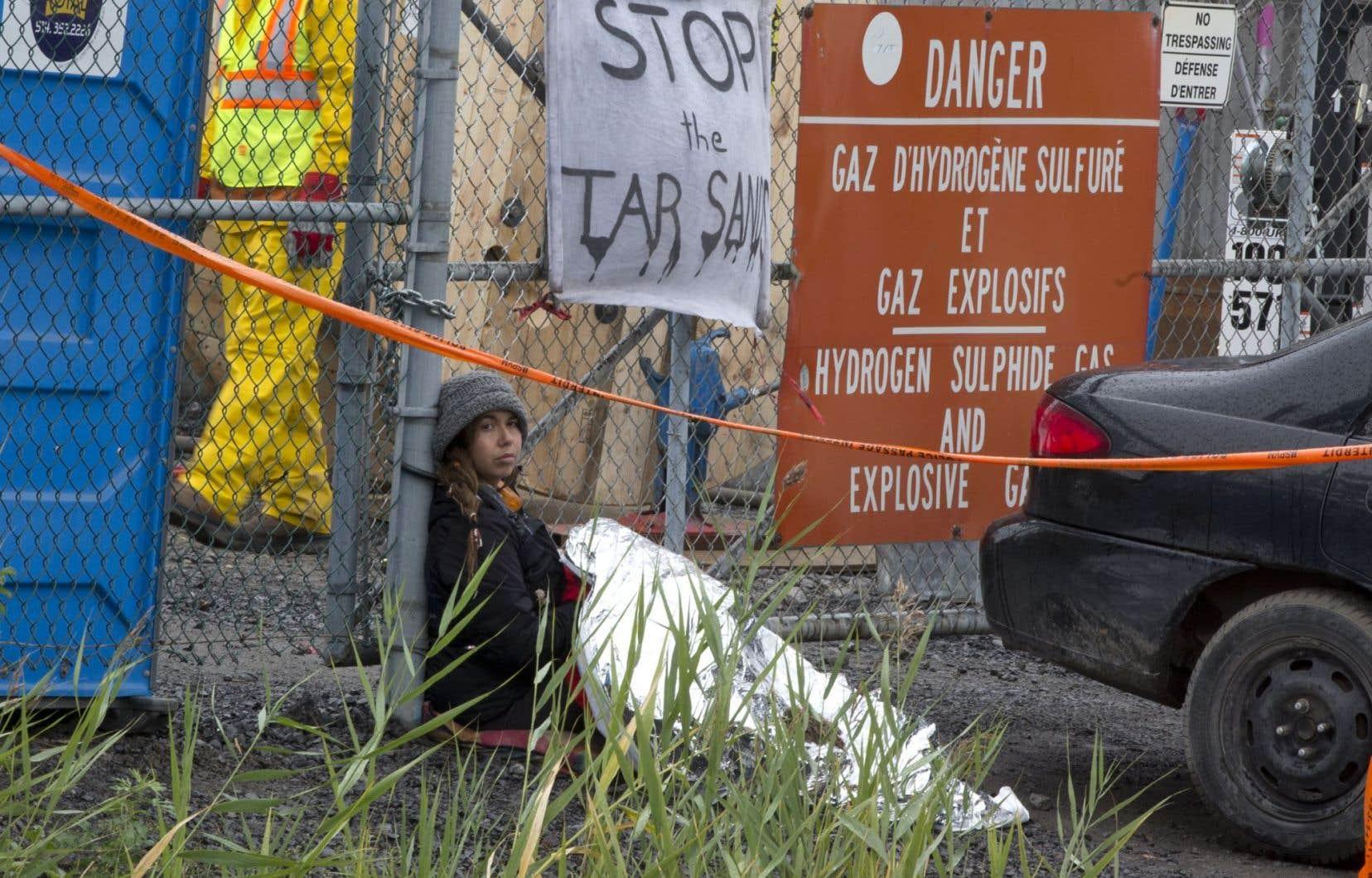 L'une des manifestantes qui ont voulu exprimer leur indignation envers le projet d'inversion de la ligne 9B d'Enbridge.
