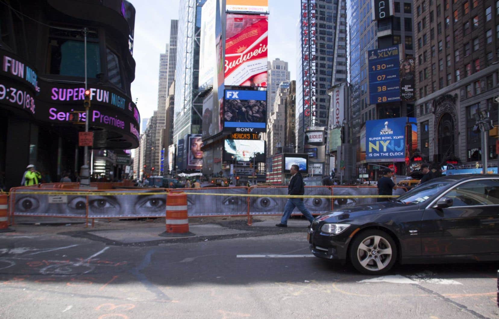 Le projet majeur de transformation de Time Square, à New York, a lui aussi misé sur l'art public pour transformer les désagréments vécus par les citadins en attraction. Ici, des barrières de chantier de construction ont accueilli divers projets d'art urbain orchestrés par la Time Square Alliance.