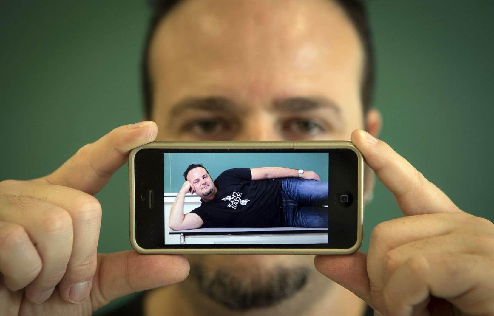 L'enseignant de philosophie Stéphane Delisle avance que, pour l'humaniste français Montaigne, l'encre et la plume ne remplissent pas la même fonction que l'iPhone 6 qui, par l'image ou la vidéo, tente d'élever nos actions issues du quotidien au rang des épopées homériques.
