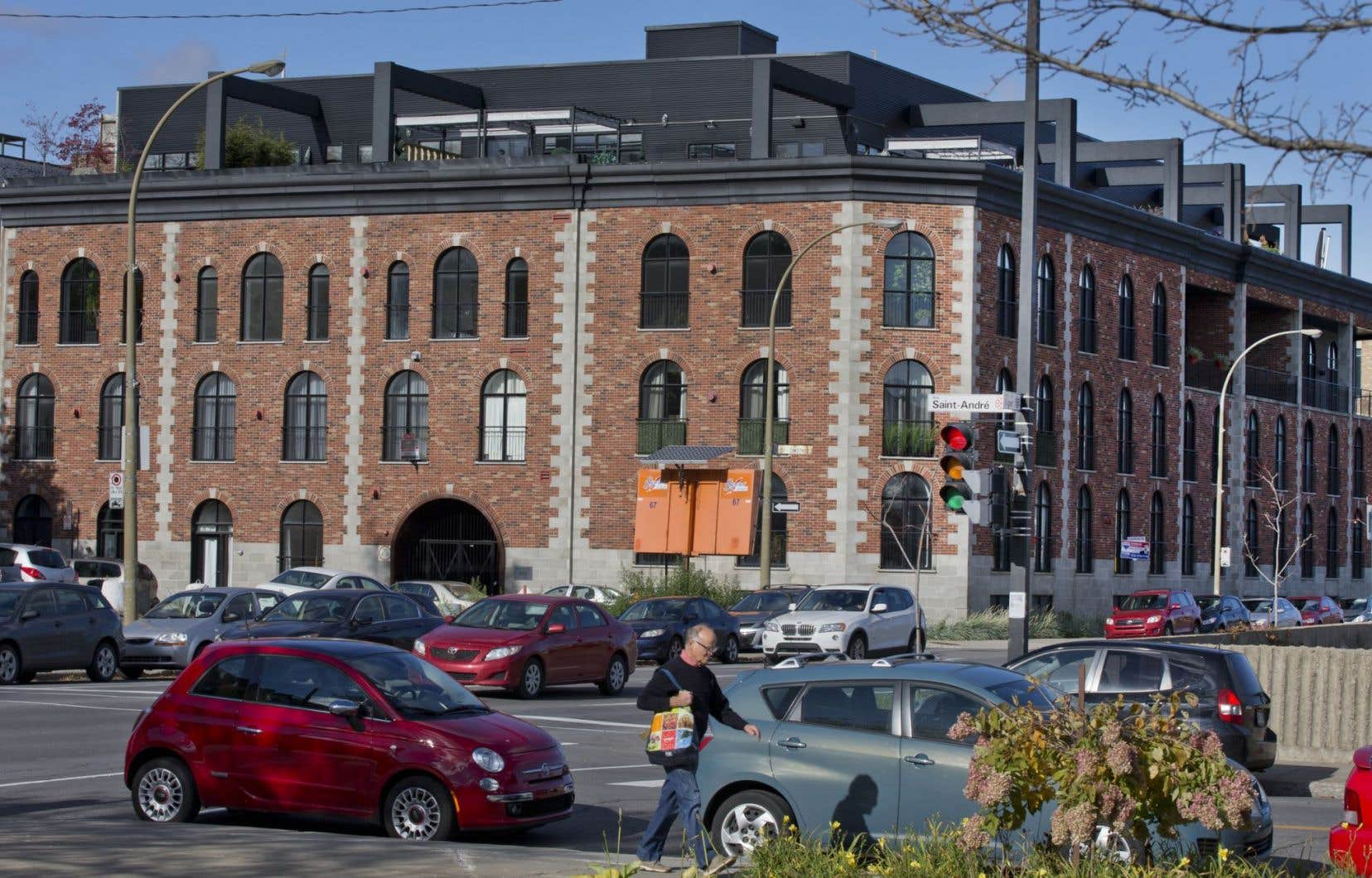 En 2005, le promoteur immobilier Mario Di Palma s'était porté acquéreur d'un immeuble de la rue Saint-Timothée, à l'angle de la rue Viger, dans l'arrondissement de Ville-Marie, avec l'intention d'y construire des condos.