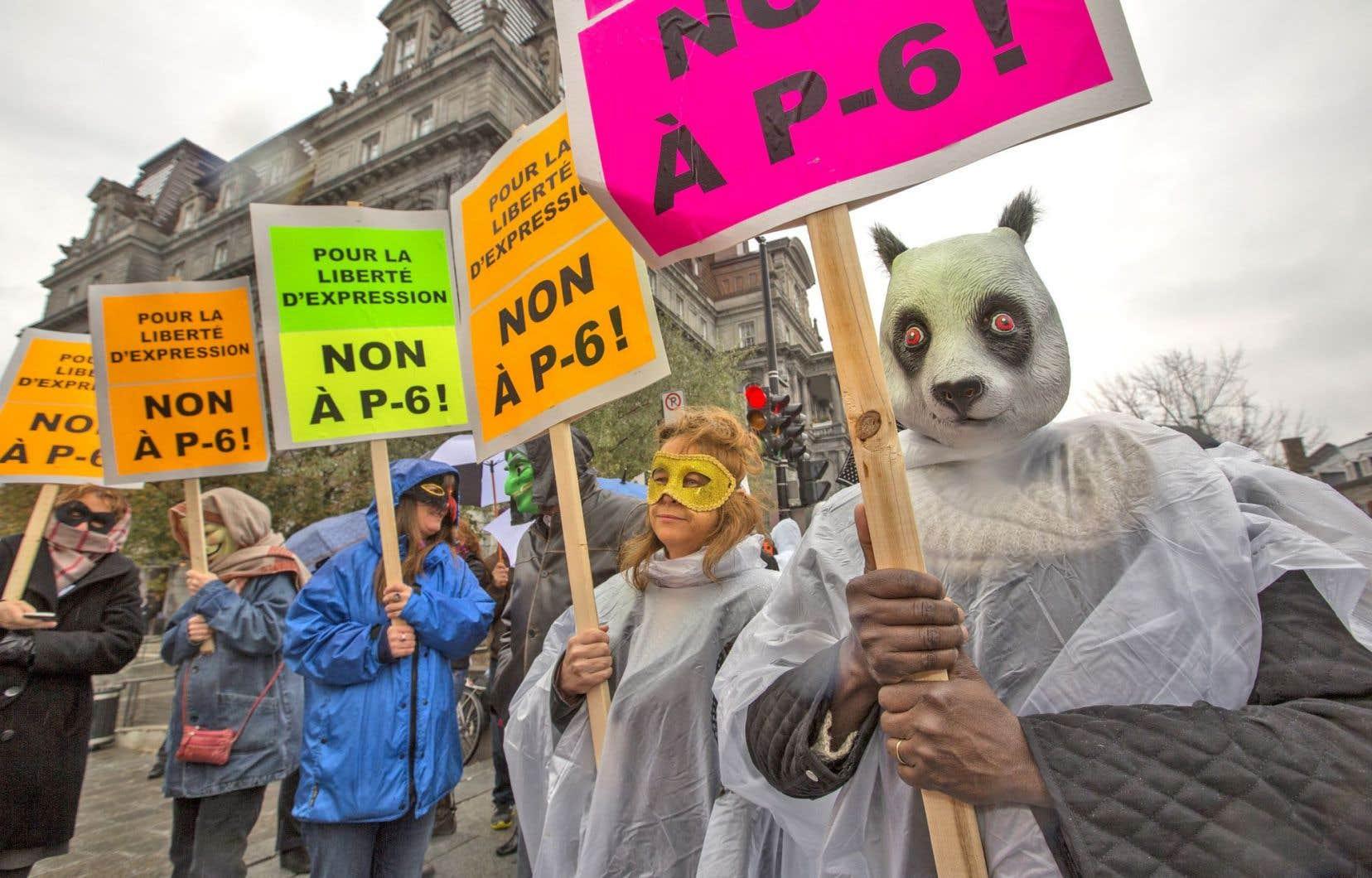 Créé lors de la révolte étudiante, le règlement P-6 interdit de participer à une manifestation le visage camouflé et oblige la divulgation de l'itinéraire à la police.