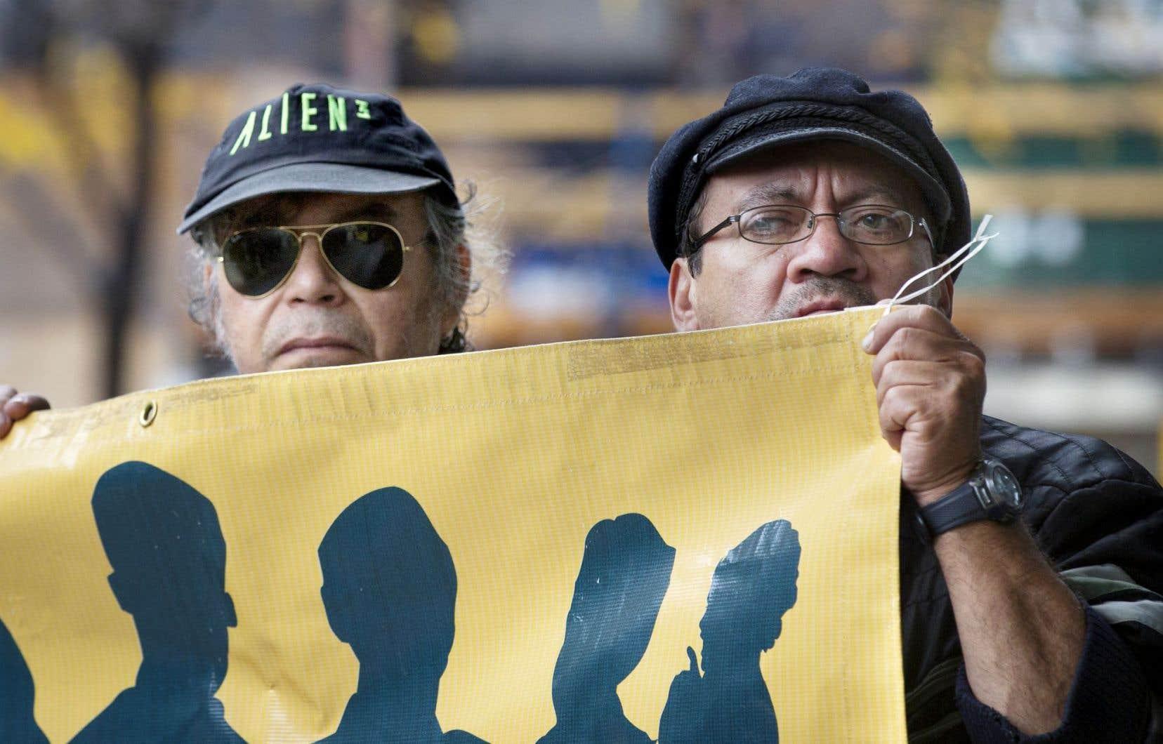 Quelques groupes manifestaient jeudi contre les coupes décidées par le gouvernement libéral.