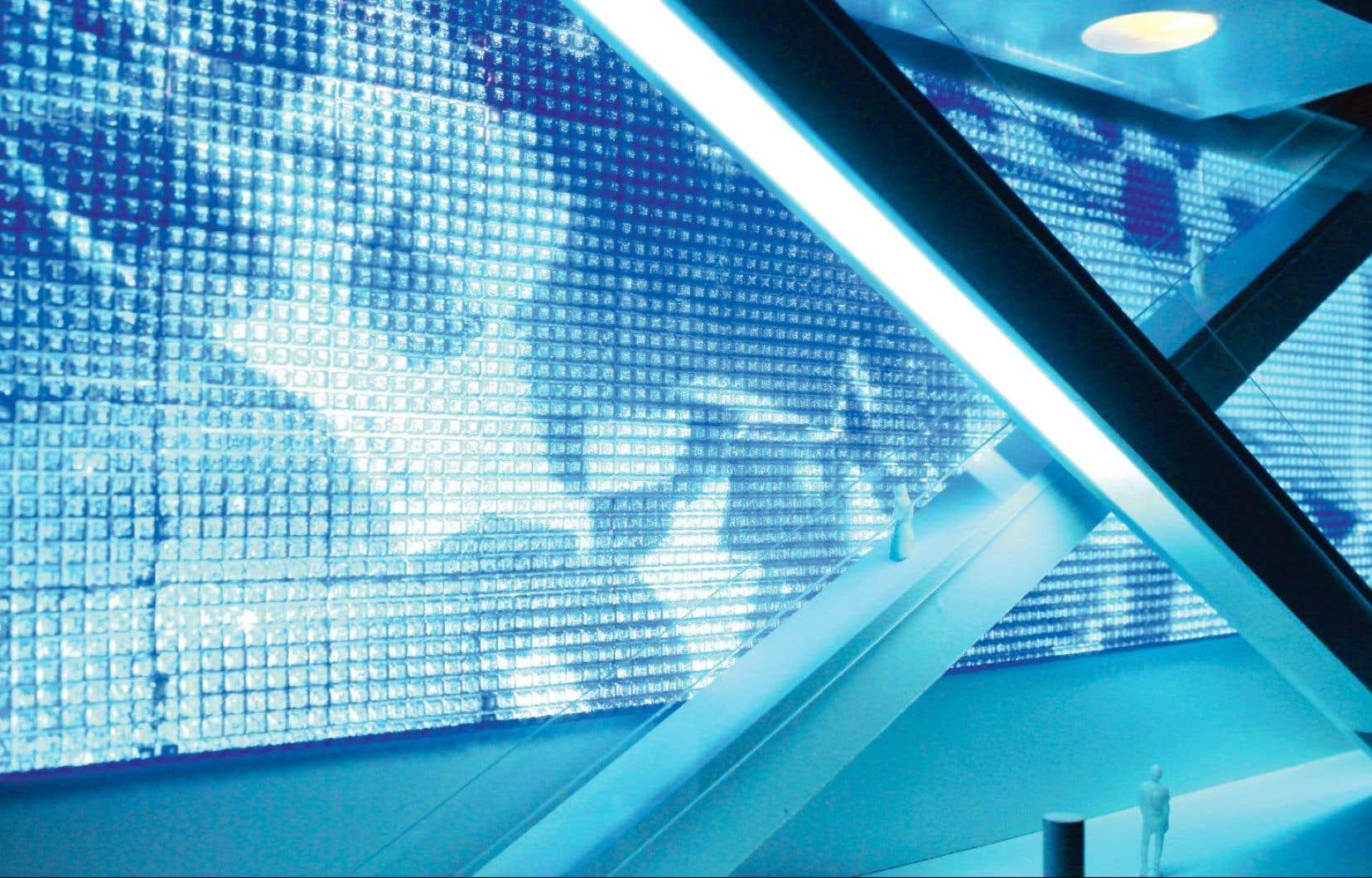 L'œuvre de Jonathan Villeneuve Le grand bleu du Nord (maquette) a remporté le concours national visant à doter le futur amphithéâtre d'une œuvre publique. La pièce de près de 372m2 couvrira environ 80% du mur du vaste espace d'accueil de l'édifice.