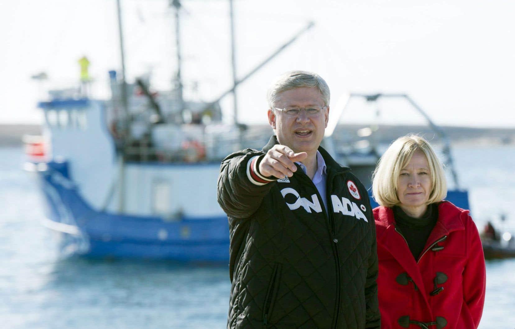 Stephen Harper et son épouse Laureen posant près d'un navire de recherche au Nunavut cet été.