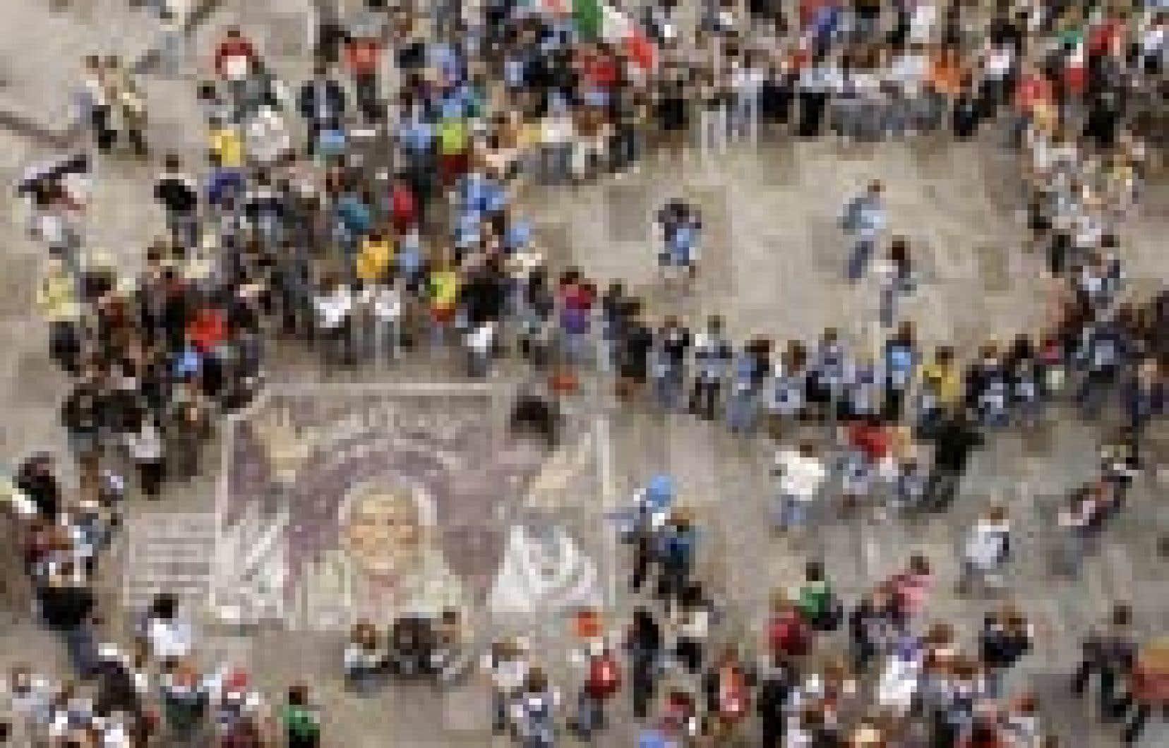 Un ciel gris et la bruine ont accueilli des milliers de jeunes catholiques du monde entier, hier, à leur arrivée à Cologne pour les Journées mondiales de la jeunesse (JMJ), mais l'ambiance était néanmoins à la fête et aux acclamations.