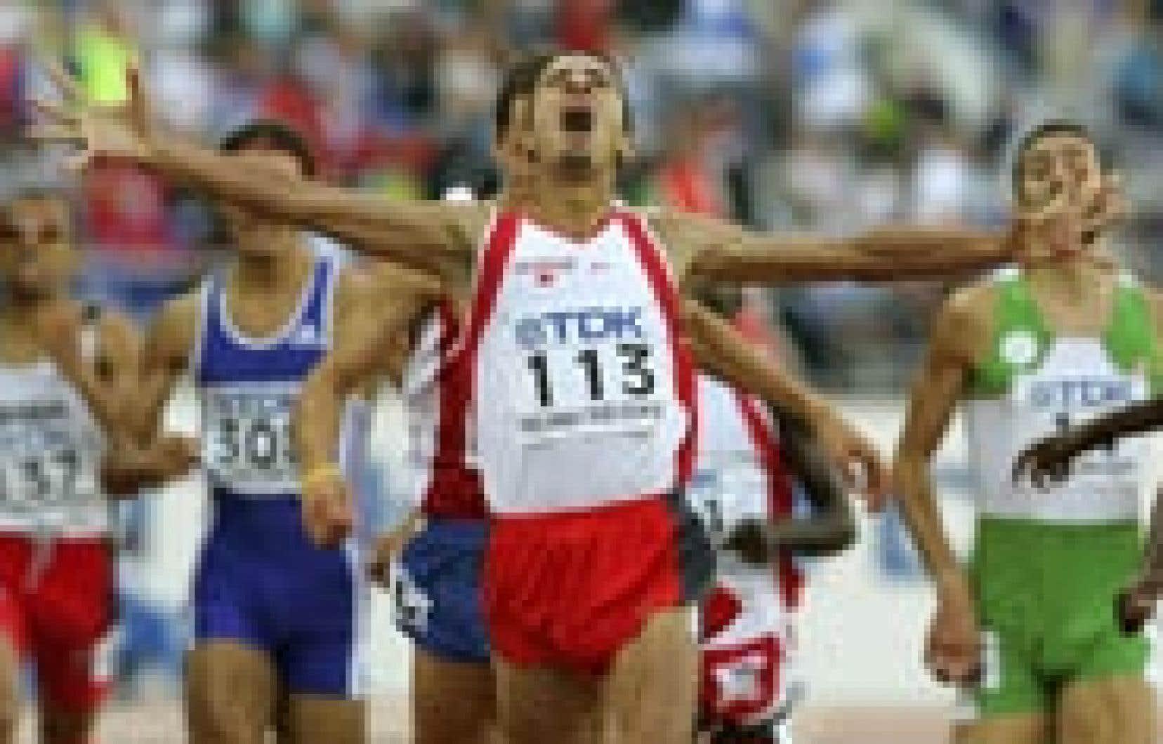 Le Bahreïni d'origine marocaine Rashid Ramzi a réussi un doublé inédit en ajoutant aux dépens du champion olympique Yuriy Borzakovskiy le 800 m à son palmarès, après son succès sur 1500 m.