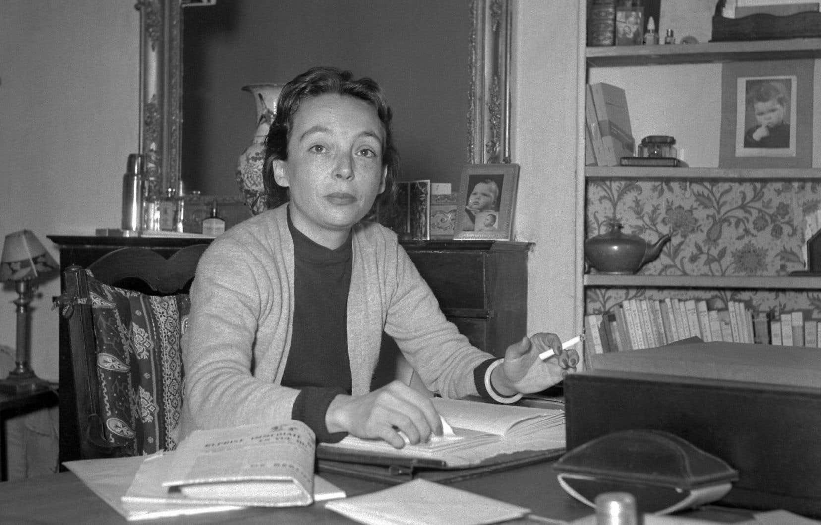 Marguerite Duras, au début des années 1950, à son domicile parisien