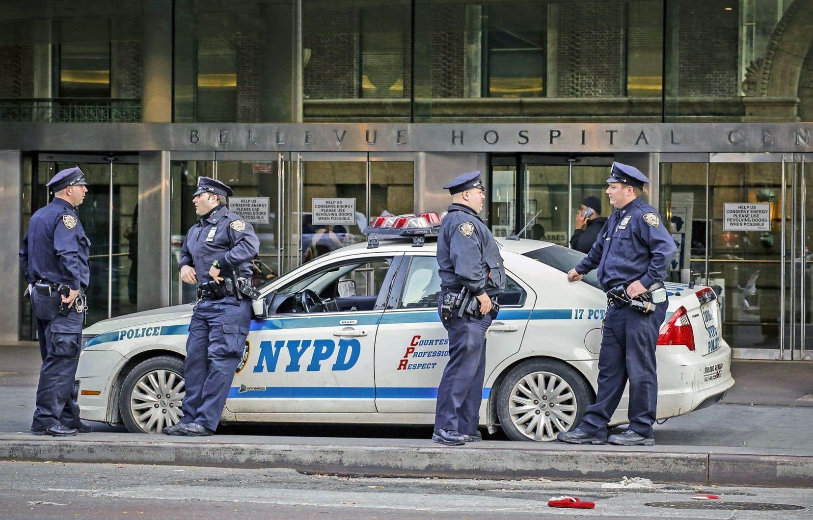 Des policiers montent la garde devant l'hôpital Bellevue, à New York, où est confiné le DrCraig Spencer, déclaré positif à l'Ebola 10 jours après son retour de Guinée.
