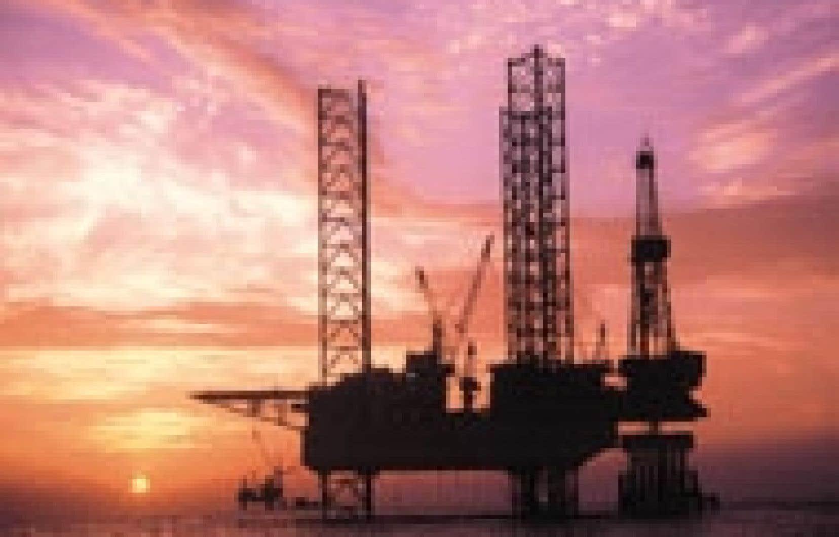 Une plateforme pétrolière de la China National Offshore Oil Corporation (CNOOC), dans la mer de Bohai. La société avait suscité un vif émoi aux États-Unis en lançant fin juin une offre de 18,5 milliards de dollars pour Unocal.