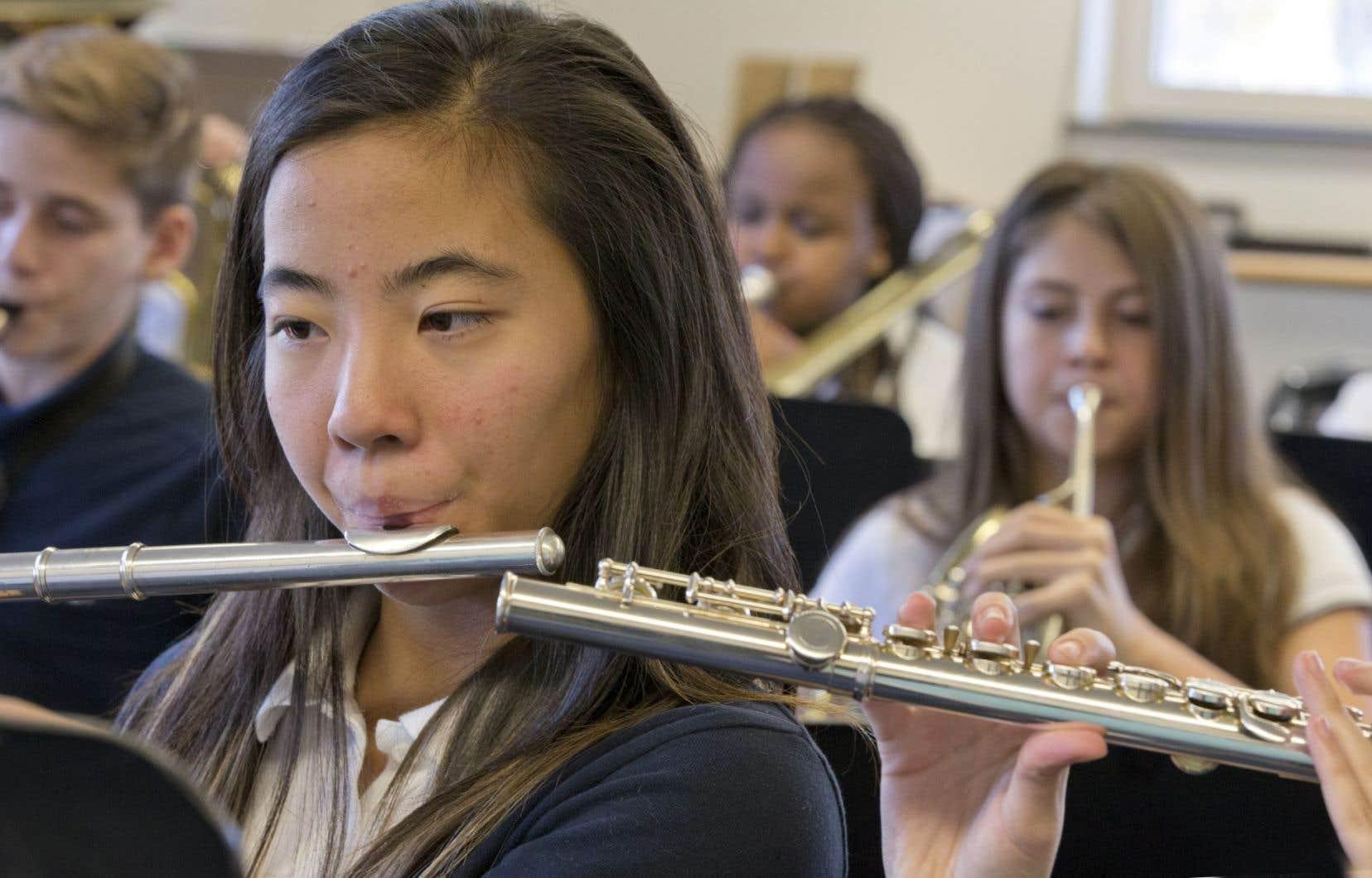 Portés par les notes, les élèves de l'école Saint-Edmond tiennent chacun un rôle... dans l'orchestre comme dans la vie.
