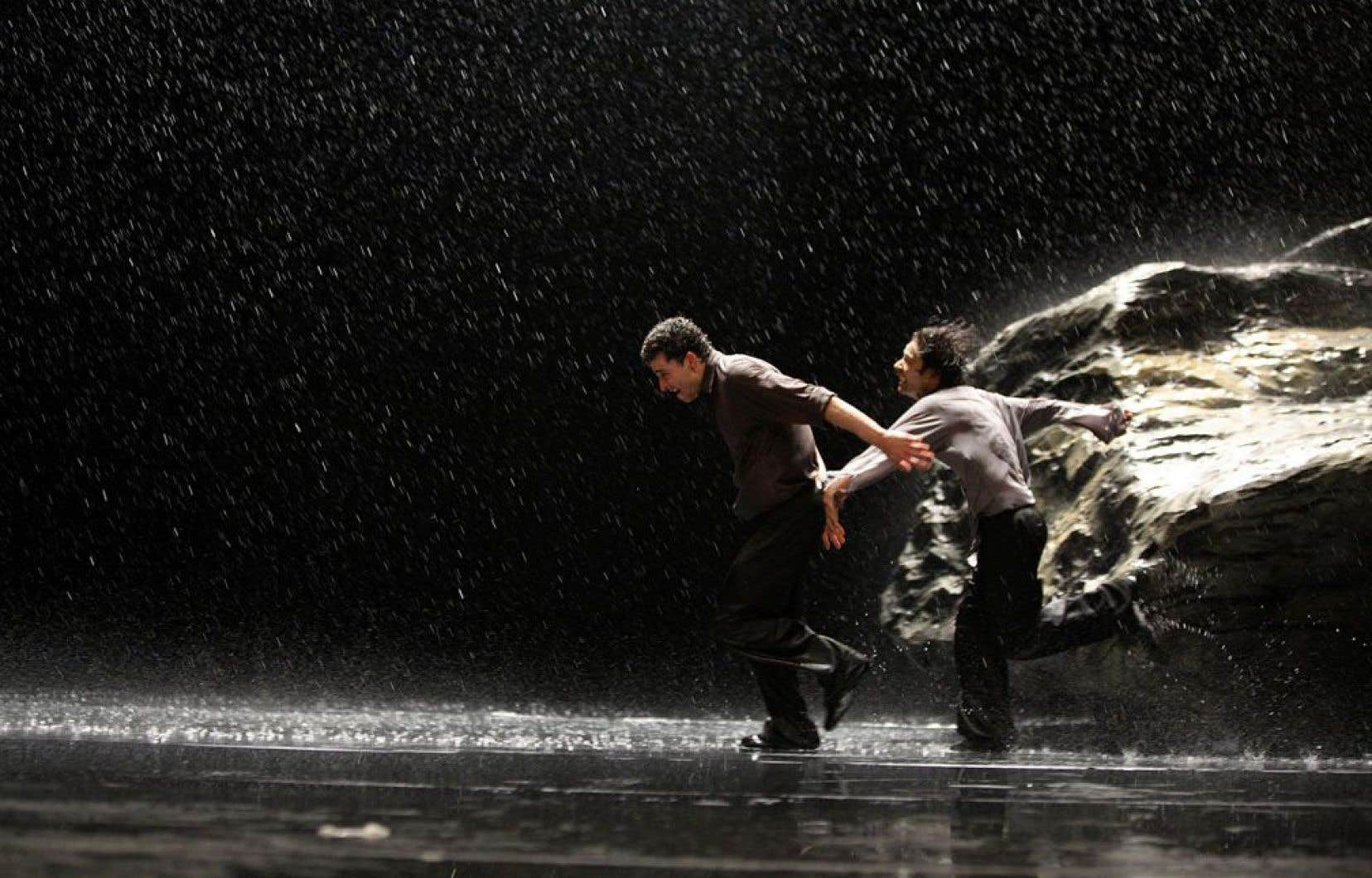Notamment par l'omniprésence de l'eau, Vollmond propose un visuel puissant. Les images fortes ont contribué à la réputation de la troupe.