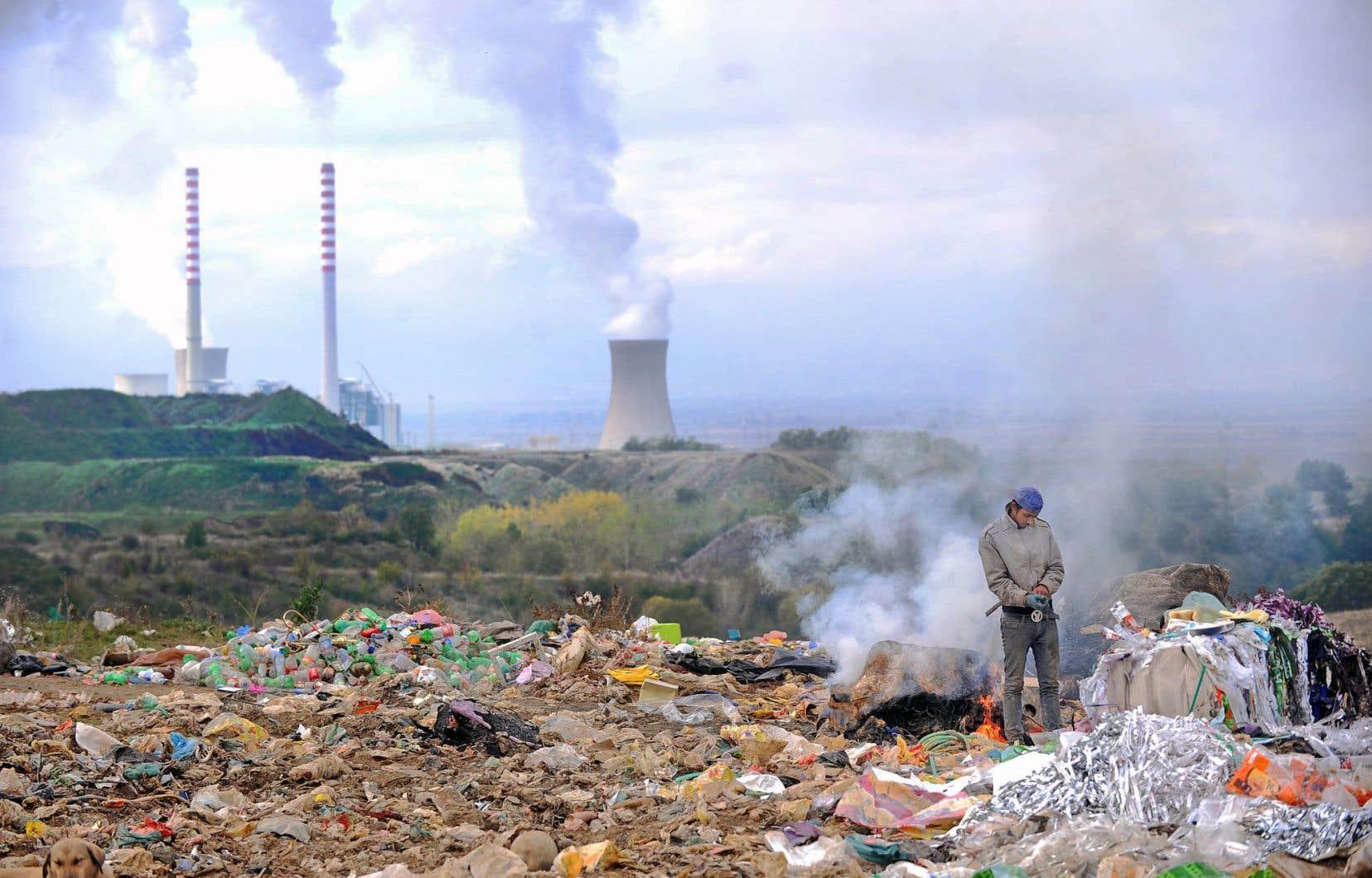 Un citadin récupérait du plastique la semaine dernière dans une décharge située près de la centrale thermique très polluante de Bitola, en Macédoine.