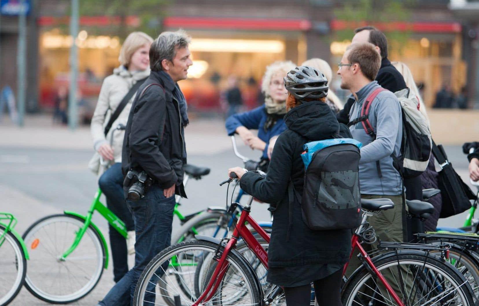 Mikael Colville-Andersen, avec des cyclistes, lors de l'un de ses périples dans les grandes villes du monde.