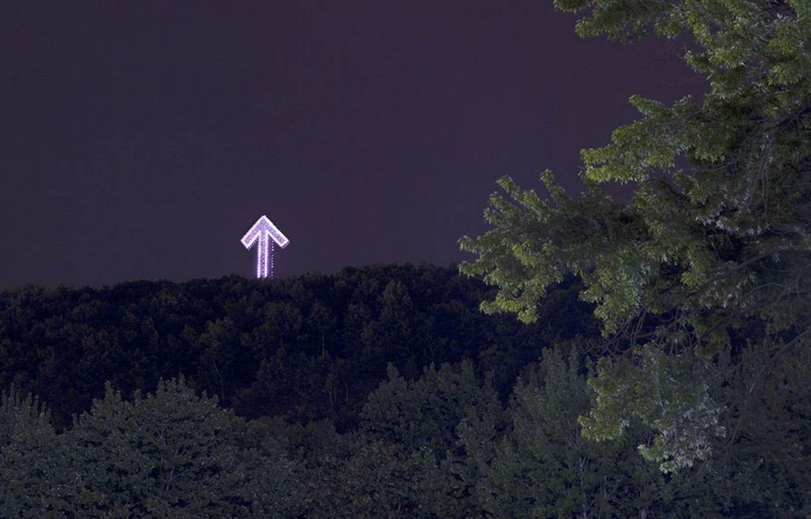 Les deux artistes ont imaginé la croix du mont Royal en flèche lumineuse qui pointe vers le ciel, dans une exposition récente au Centre Clark.