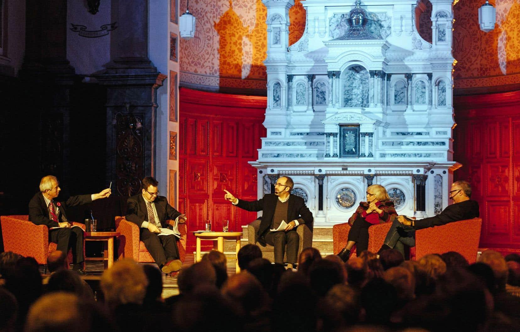 L'éditorialiste Antoine Robitaille (au centre) animait le débat entre Stéphane Dion, Patrick Taillon, Marie Bernard-Meunier et Joseph Facal, qui s'interrogeaient sur la pertinence de l'indépendance.