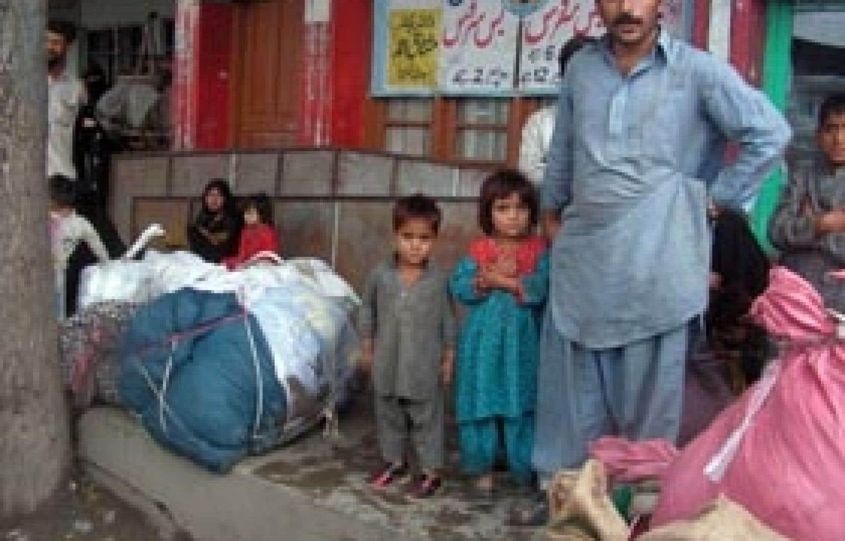 Cette famille attendait hier l'autobus pour quitter Mingora.