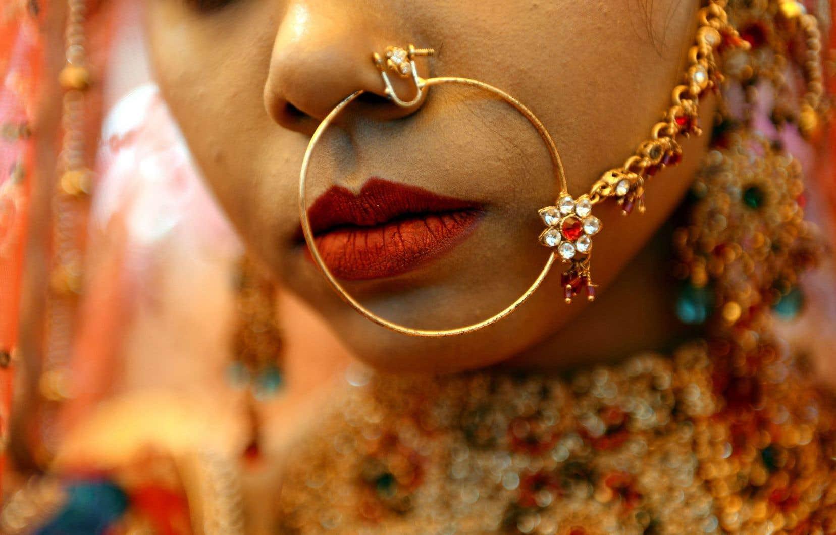 Le projet de loi permettrait désormais de suspendre le passeport d'une jeune fille que l'on veut envoyer à l'étranger pour la marier. La spécialiste Aruna Papp estime qu'il y a chaque année des milliers de mariages forcés chez les Canadiennes d'origine indienne ou pakistanaise.