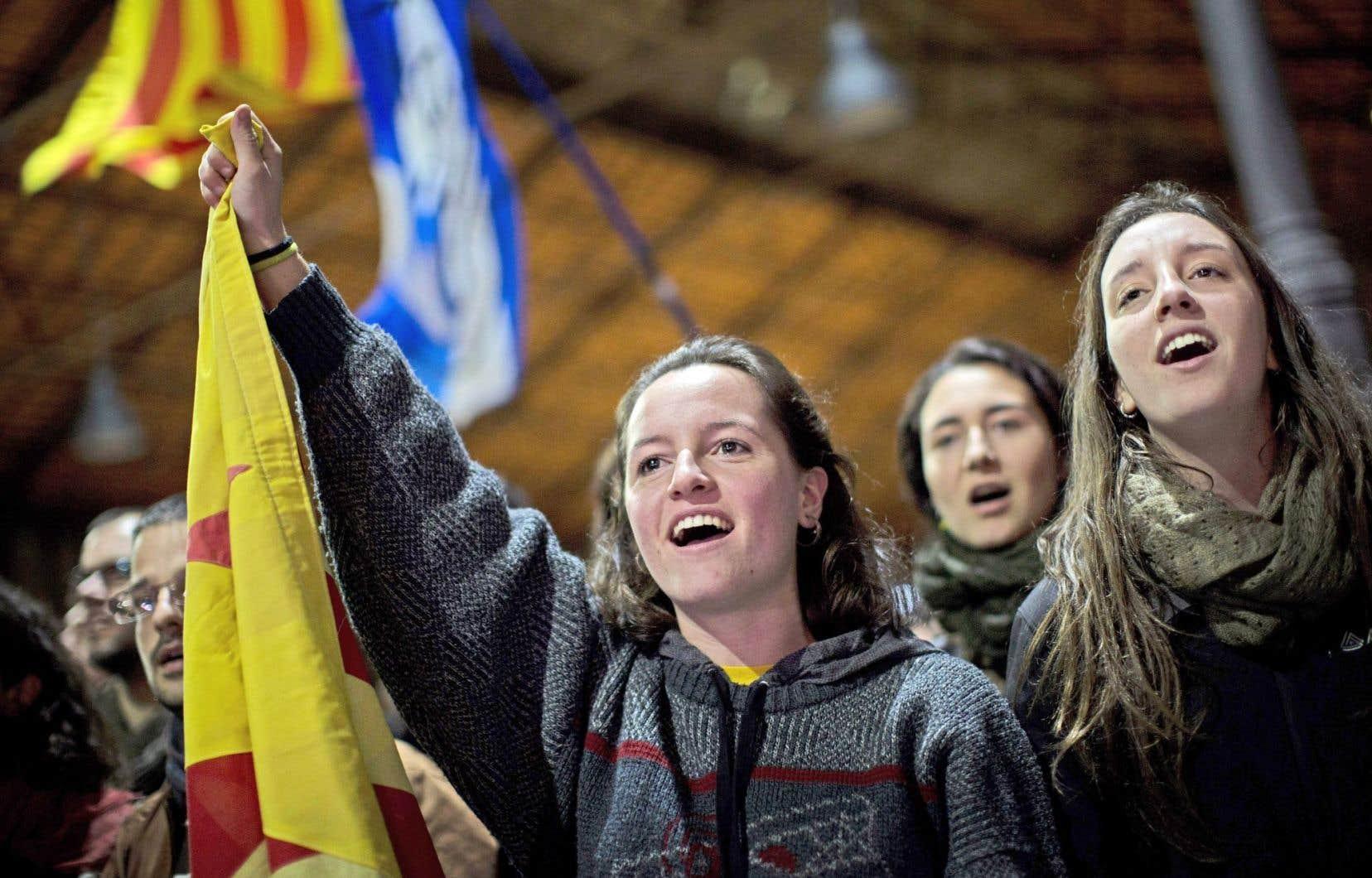 À Barcelone, des partisans de l'indépendance de la Catalogne saluant les résultats de la consultation informelle tenue dimanche