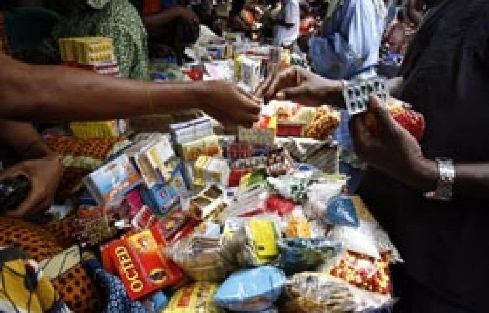 Vente de médicaments contrefaits dans un marché d'Abidjan, en Côte d'Ivoire. Le Canada a été le premier pays à adopter une loi promettant d'offrir des médicaments génériques à prix abordable en Afrique et dans les pays pauvres, mais l'i