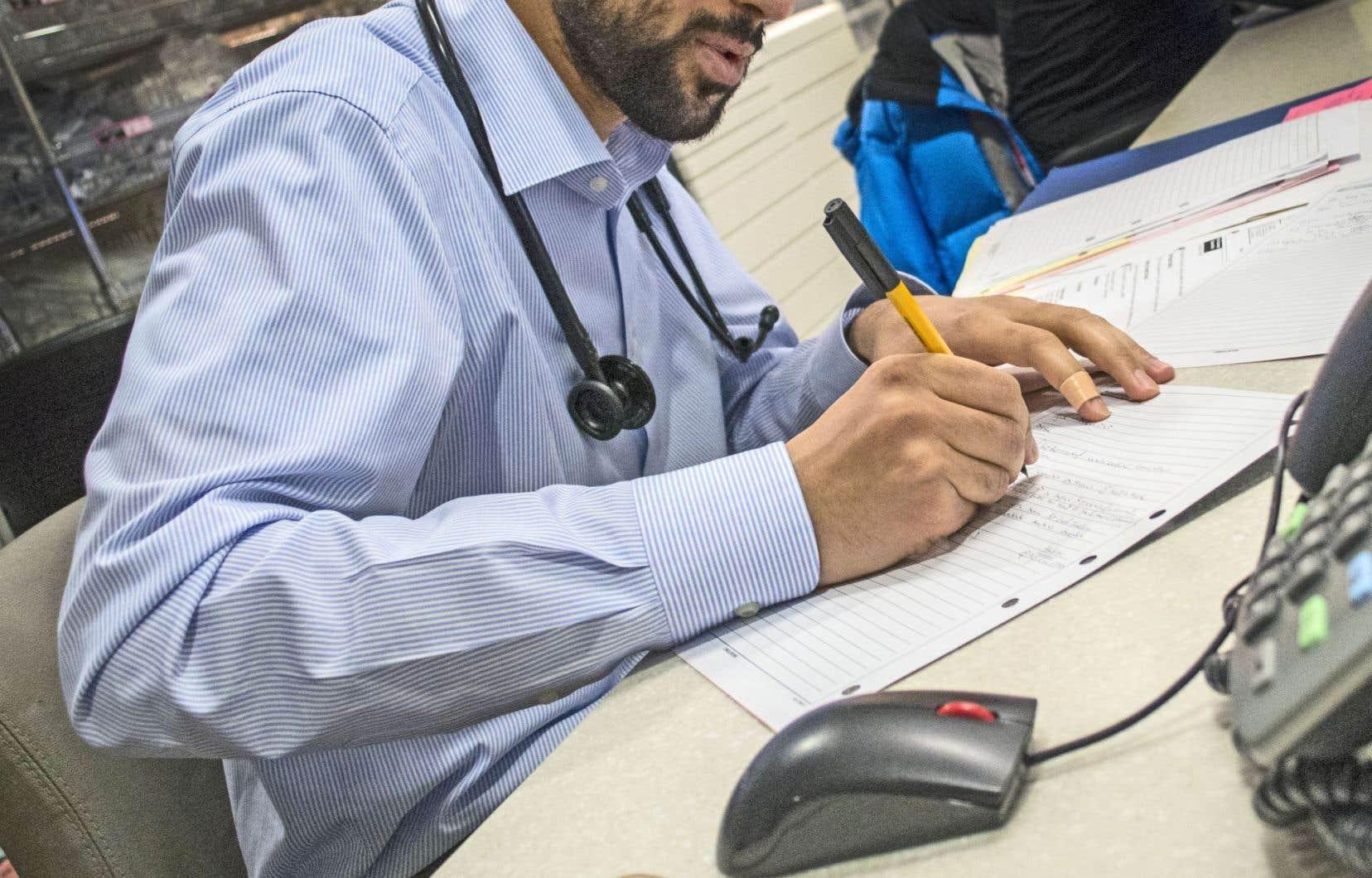 Les patients se voient facturer de plus en plus de frais lors de visites médicales, et ce, au-delà des rares exceptions permises par la loi.