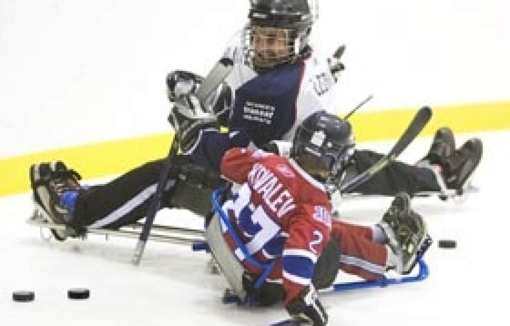Steves Léonard pratique le hockey sur luge depuis bientôt 20 ans, après qu'un accident de VTT l'eut rendu paraplégique. Il mène ce week-end les Dragons de Repentigny dans un tournoi qui a lieu à l'aréna Michel-Normandin de Montréal dans le
