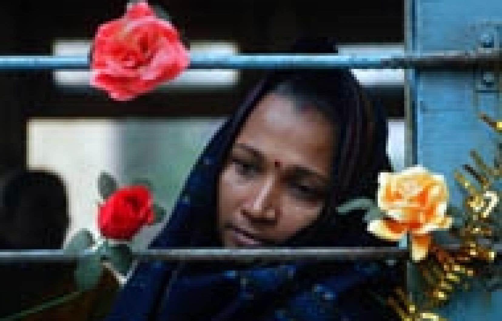 Une prostituée indienne regarde à travers la fenêtre d'un tramway converti en centre de prévention du sida, à Calcutta.