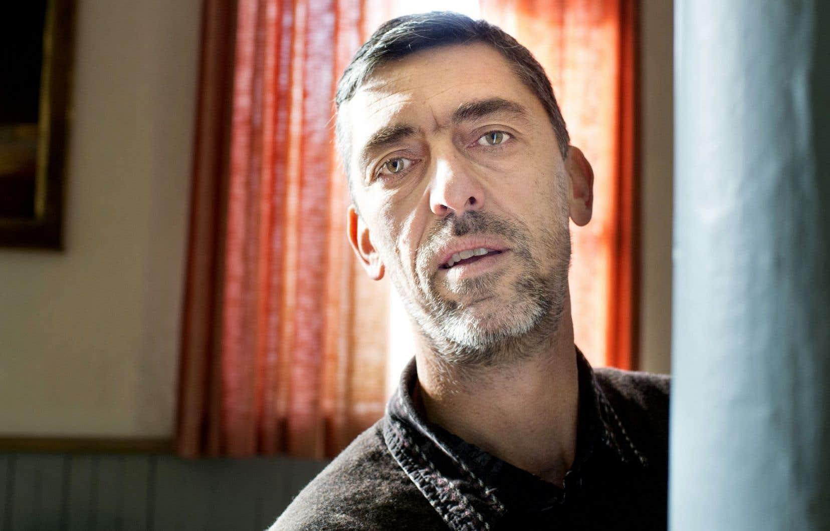 Le documentariste rend hommage à un homme, Yvan Sorel, mais aussi à toute une population de la ville de Marseille.