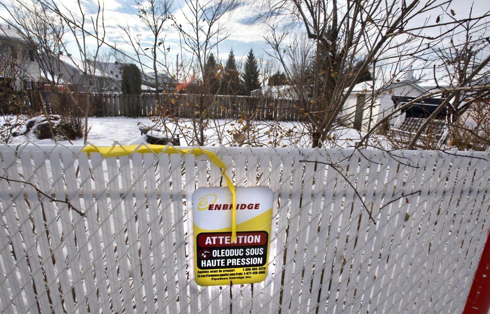 À l'instar du pipeline 9B d'Enbridge, qui passe littéralement dans la cour de plusieurs résidences, le tuyau que souhaite construire TransCanada traversera des secteurs habités du sud du Québec.