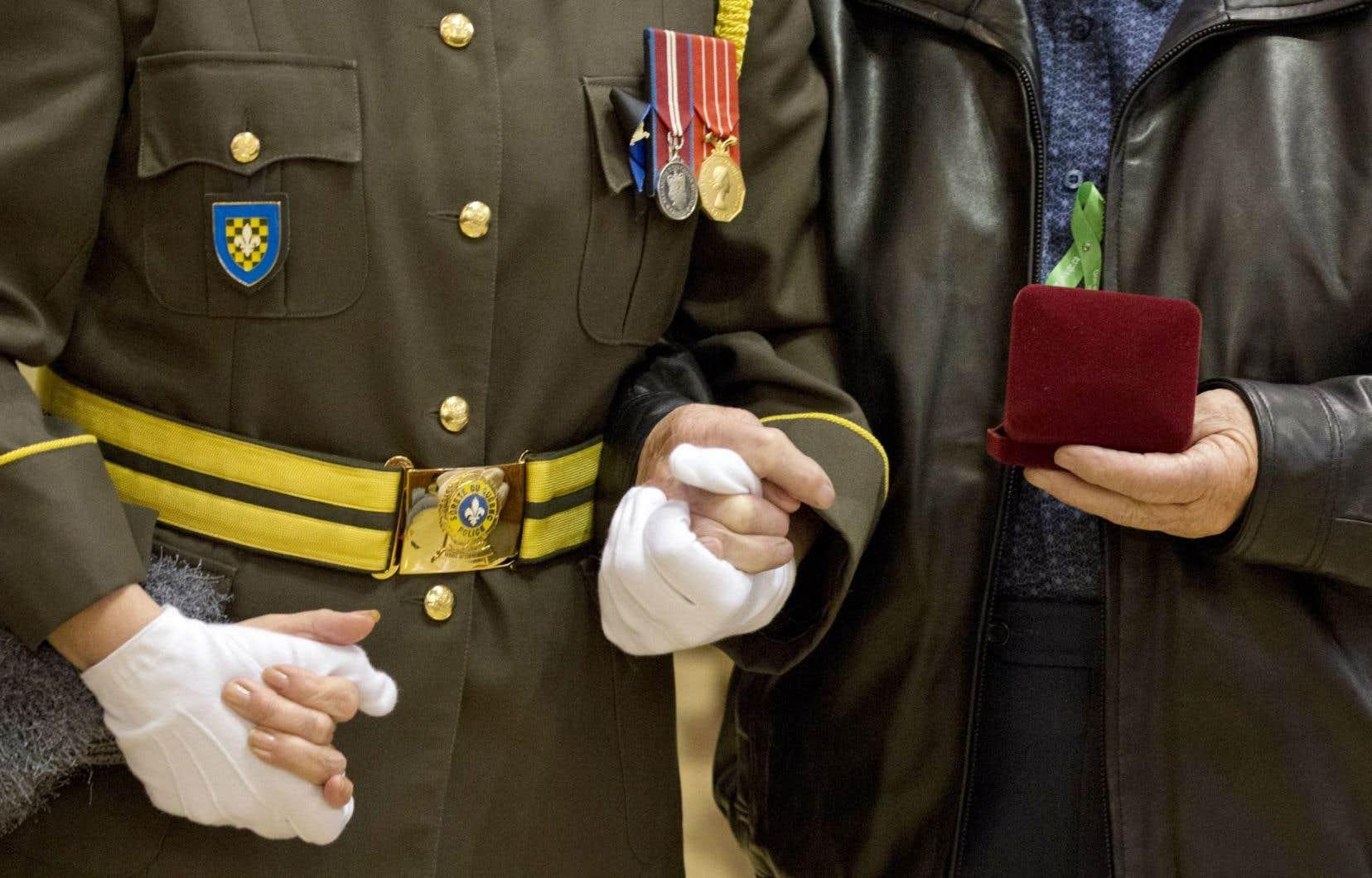 Les proches de donneurs serrent dans leur main la médaille reçue en mémoire de leurs proches, la protégeant comme un trésor précieux.