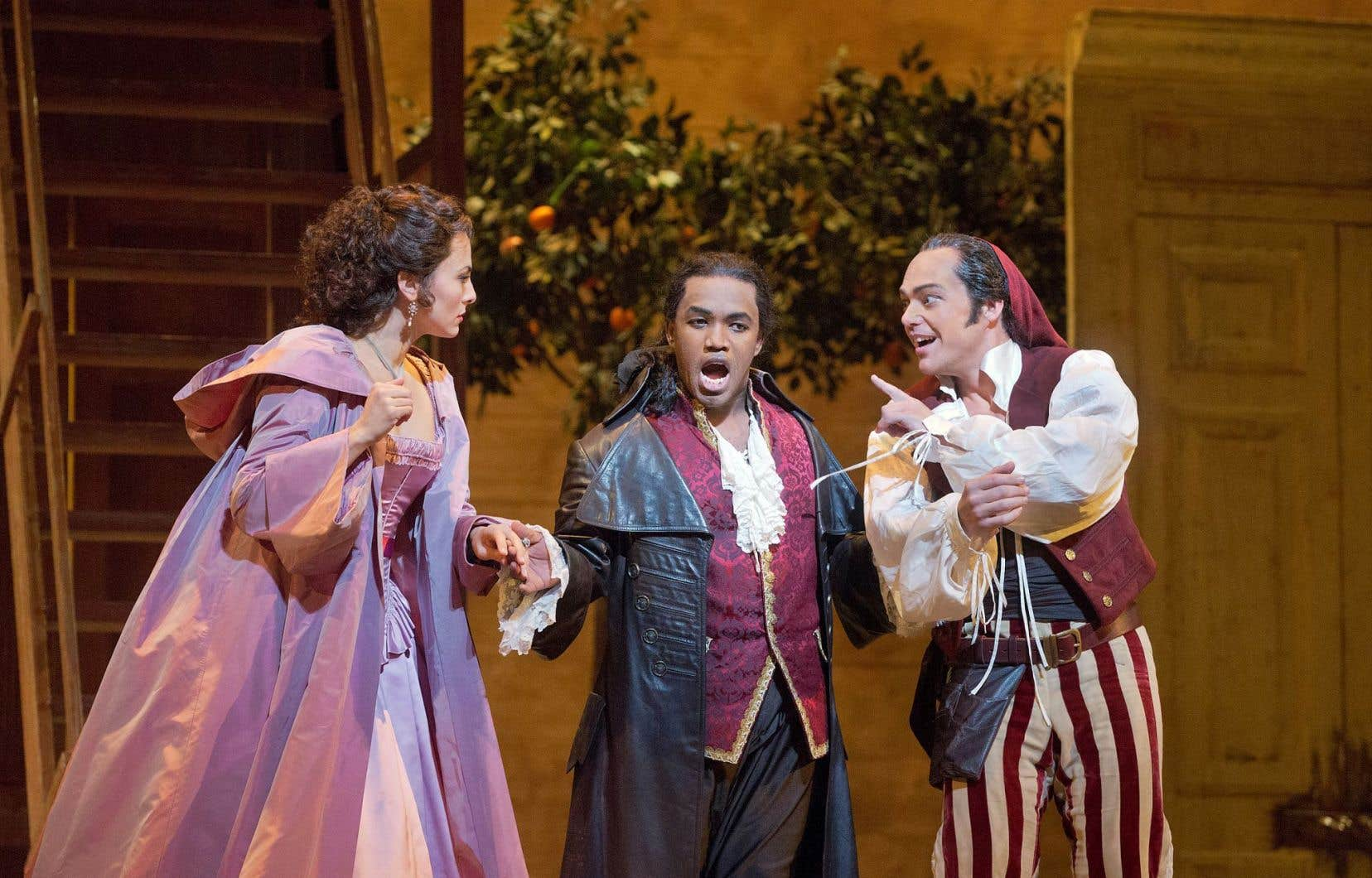 Isabel Leonard en Rosina, Lawrence Brownlee en Comte Almamiva et Christopher Maltman en Figaro, dans Le barbier de Séville de Rossini présenté au MET.