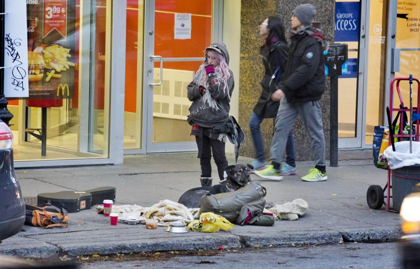 Coupes dans l'éducation, les programmes sociaux, la santé publique et la santé tout court… l'austérité fait son lit dans la rue.
