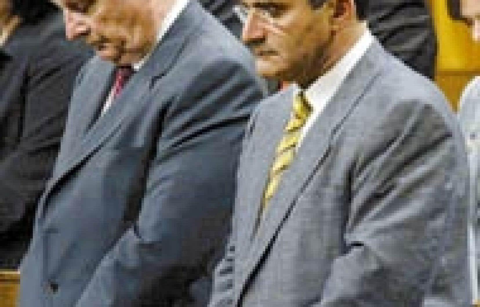 Paul Martin et Jean Lapierre ont été les principales cibles de l'opposition hier à la Chambre des communes, le premier pour des contrats accordés à la firme Earnscliffe, le second pour avoir aidé un membre du Groupe Cossette Communication à renc