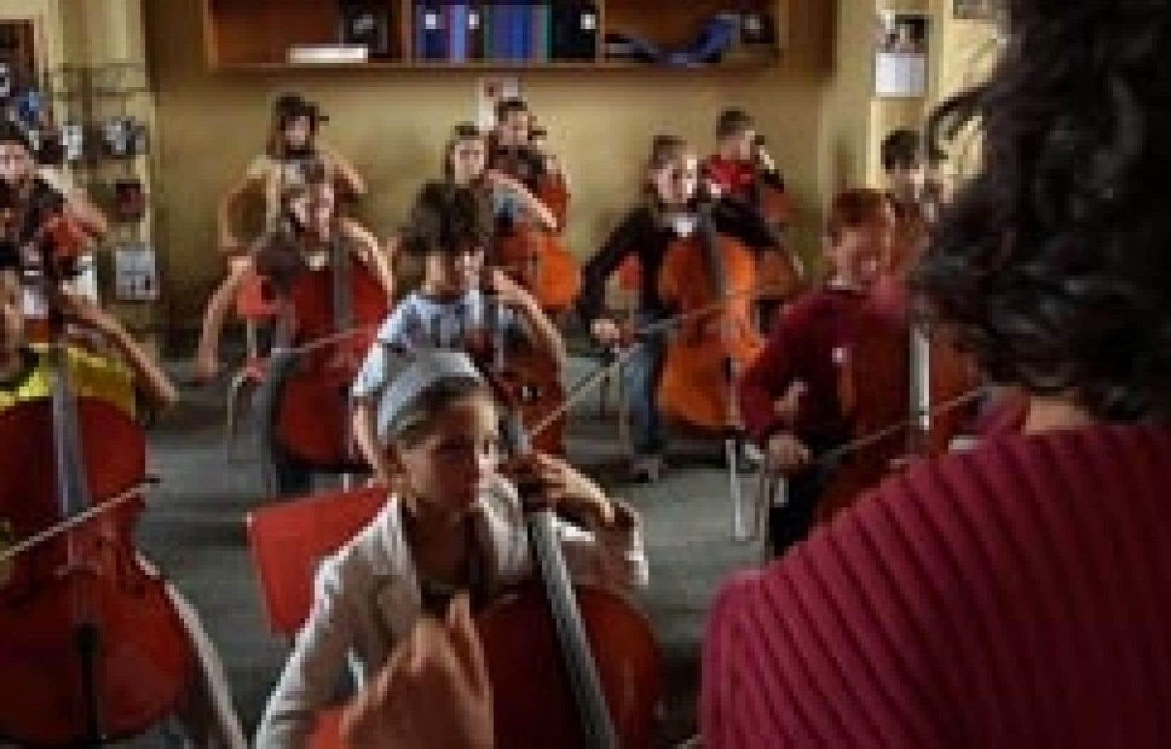Cantonné dans les murs de l'école primaire Sacré-Coeur et avec de rares échappées dans les familles des trois jeunes protagonistes, le cinéaste Michel Lam se fait le témoin attentif de cette émancipation par la musique.